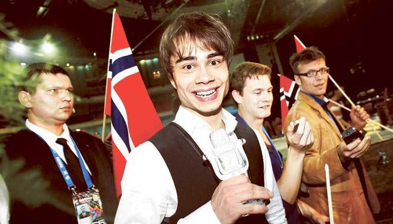 """Den segertippade favoriten höll för trycket. I natt firade Alexander Rybaks Norges förkrossande seger i Eurovision song contest i Moskva. Hans """"Fairytale"""" slog nytt poängrekord i tävlingen. Efter finalen visste glädjen inga gränser – men inför sitt framträdande var pressen stor: """"Jag var väldigt nervös. Jag var tvungen på att fokusera på framträdandet för att inte gråta. Man vill ju visa alla människor som ska rösta på en. Det är de som avgör"""", säger Rybak till Nöjesbladet."""
