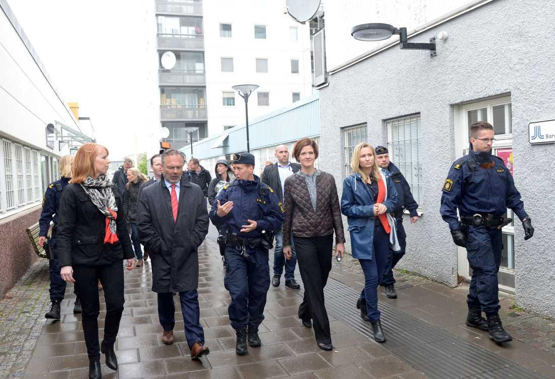 I förra veckan besökte de borgerliga partiledarna Husby. Stadsdelen användes som en slags filmkuliss för tuffa förslag om hårdare straff och fler poliser. Husbyborna reducerades till statister i ett utspel riktat till borgerliga kärnväljare i Lidingö, Täby och Danderyd.