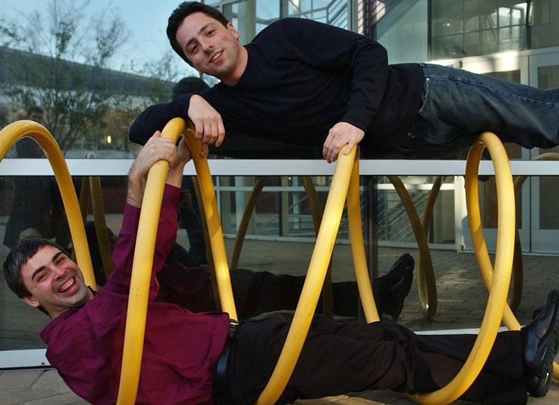 Google-grundarna Larry Page och Sergey Brin skojar utanför huvudkontoret i Kalifornien.