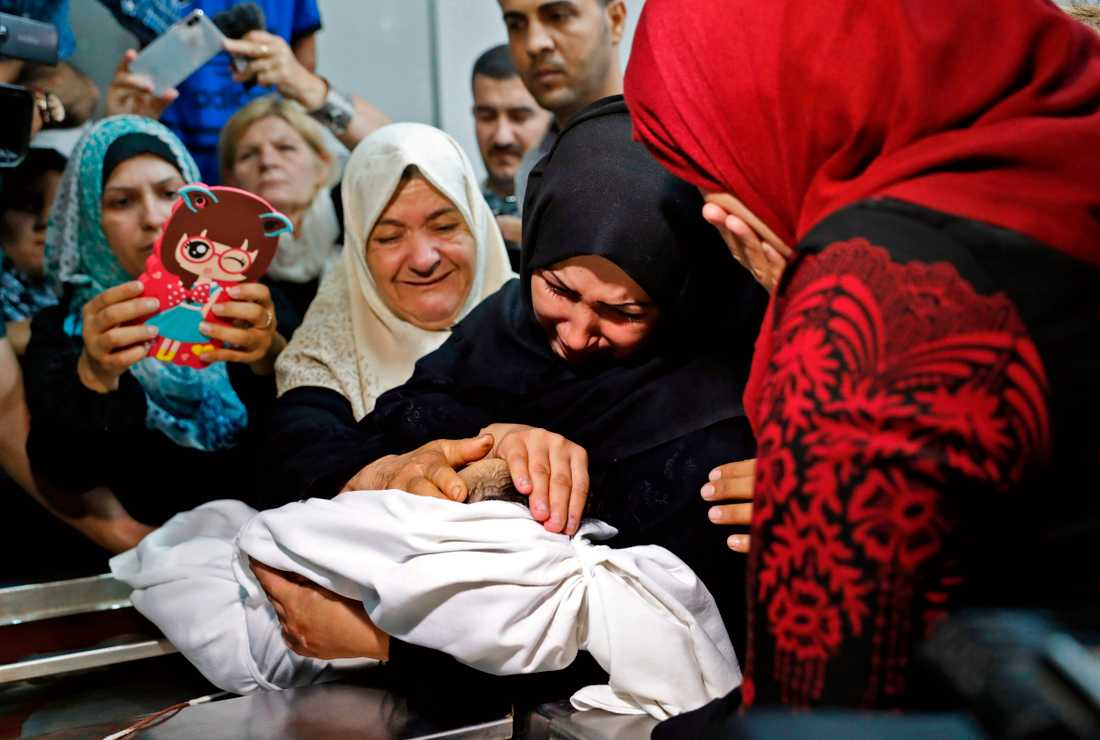Ett palestinskt spädbarn har dött efter att ha andats in tårgas.