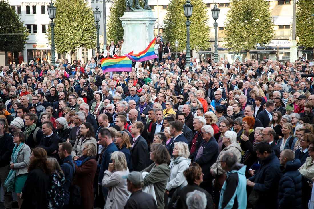 Motdemonstranter på väg mot Heden inför Nordiska motståndsrörelsens (NMR)  demonstration på lördagen.