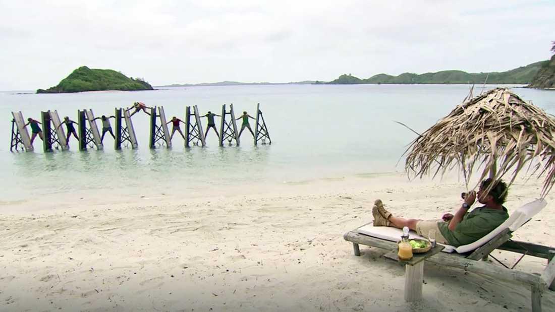 Programledaren Anders Öfvergård kan lugnt överse när deltagarna kämpar ute i vattnet.