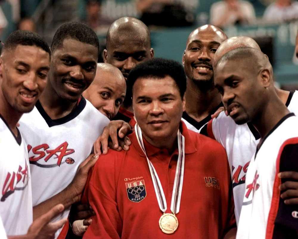 Muhammad Ali påstås ha kastat sin guldmedalj från OS 1960 i Ohiofloden efter att ha vägrats service på en restaurang som bara serverade vita. Under OS i Atlanta 1996 fick han en ny. Här flankeras han av medlemmar i USA:s basketlag.