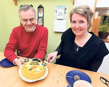 Saabtårtan har blivit en succé på Ritz konditori. Ingvar Näsman och Annika Swindley låter sig väl smaka.