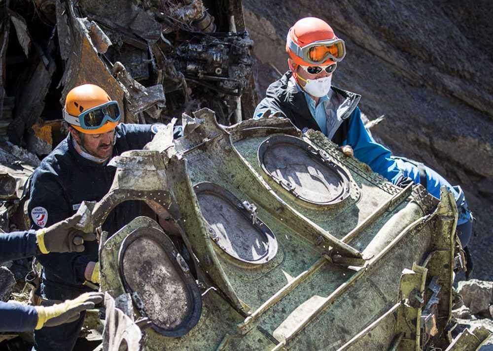 Vrakdelar bärgas vid nedslagsplatsen i Alperna.