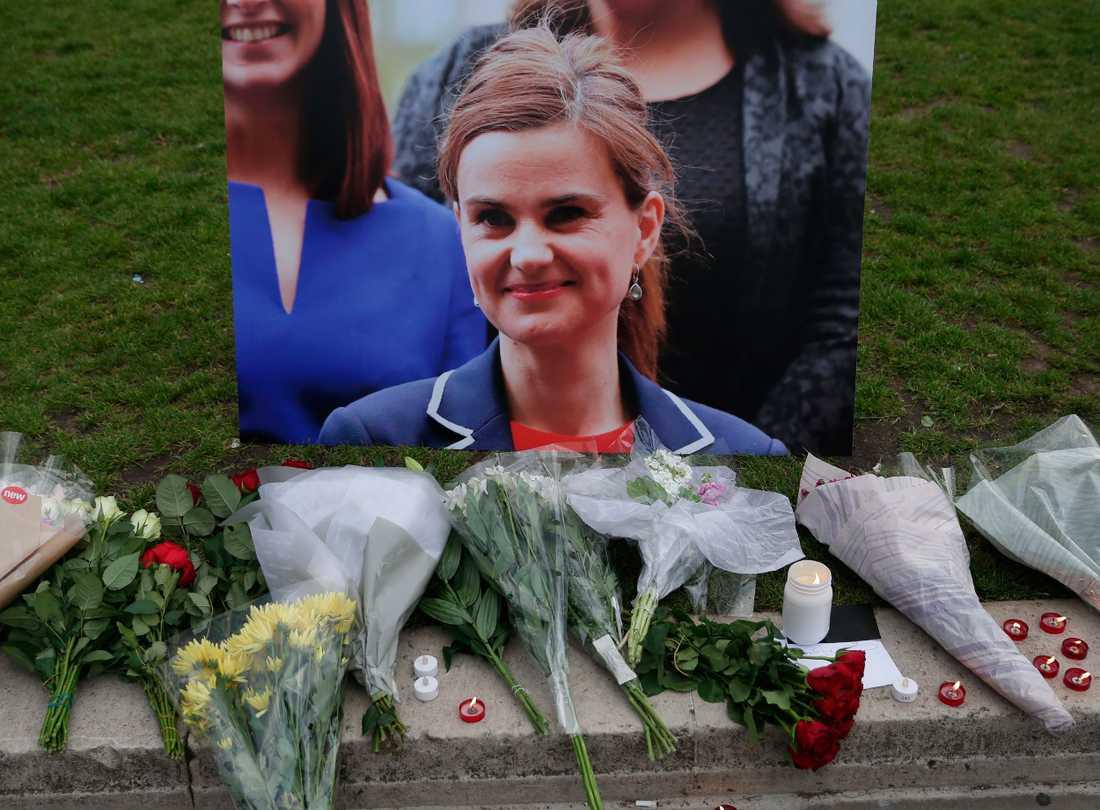 Blommor har lagts framför en bild på den mördade Labourparlamentarikern och tvåbarnsmamman Jo Cox.