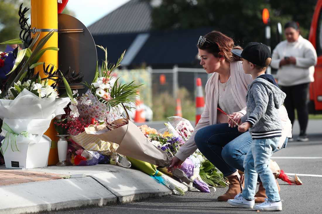 Invånare lämnar blommor för att hedra offren efter attackerna mot moskéerna.