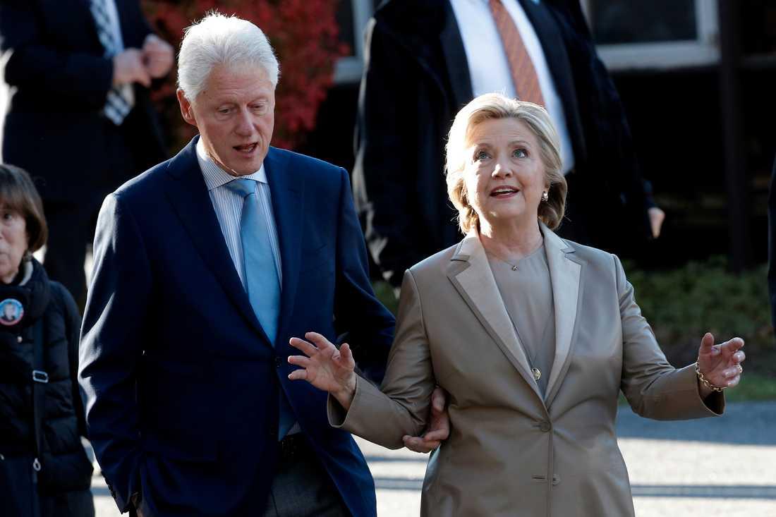 Bill och HIllary Clinton lämnar vallokalen i Grafflin elementary school i Chappaqua, New York.