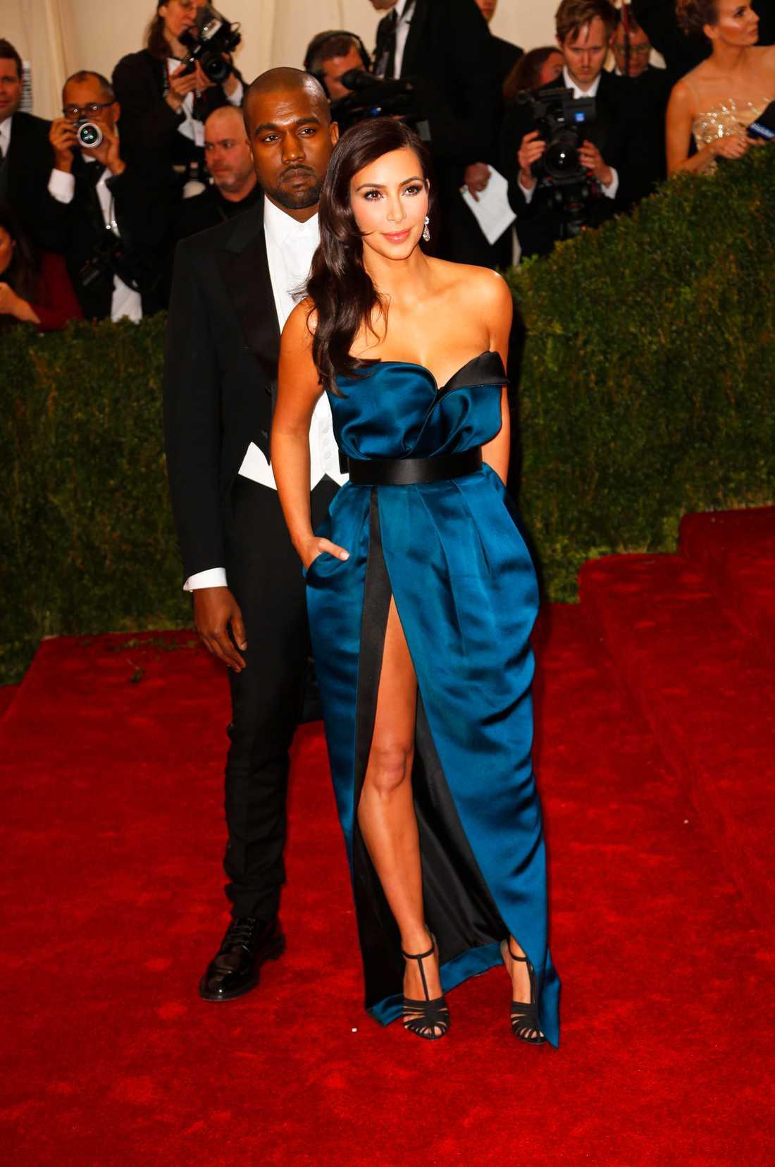Betyg: ++++ Både Kim Kardashian och Kanye West dök upp iklädda Lanvin. Jag måste säga att jag är imponerad av Kims klänningsval som är elegant och tidlöst. Passar hennes figur ypperligt bra!