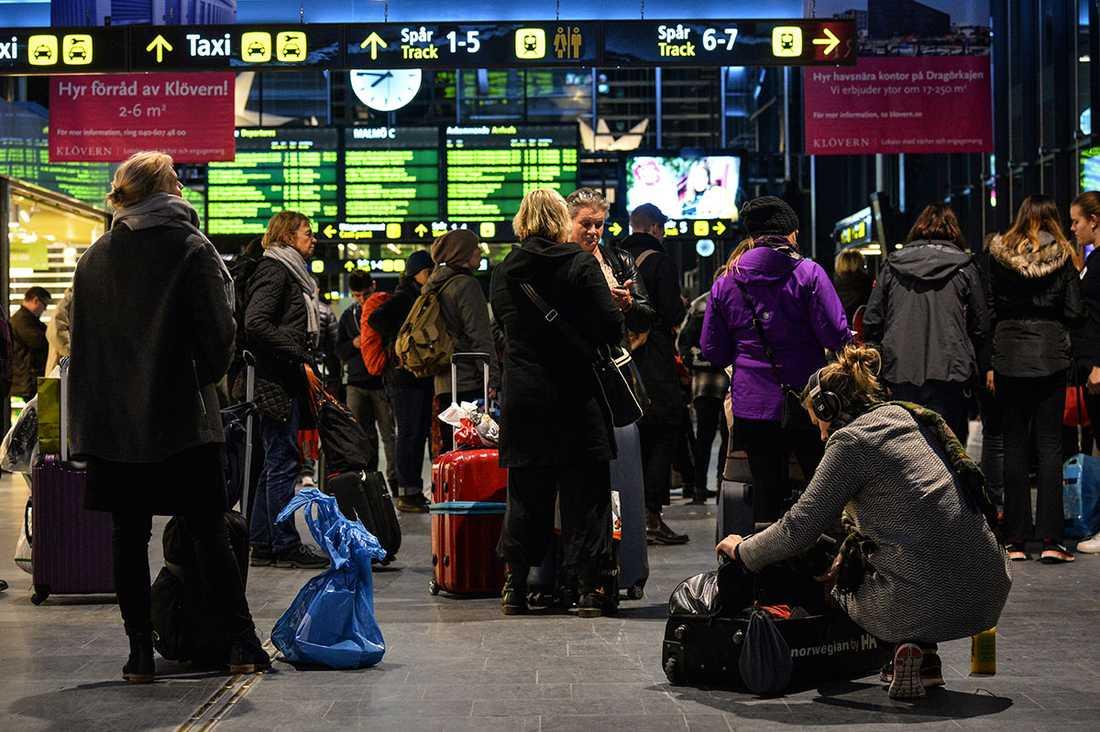 Passagerare på Malmö central väntar vid 20-tiden på besked om avgångar. Söndagens oväder påverkar redan tågtrafiken. När stormen Gorm slår till vid midnatt natten till måndagen väntas vindstyrkor på upp mot 30 m/s.