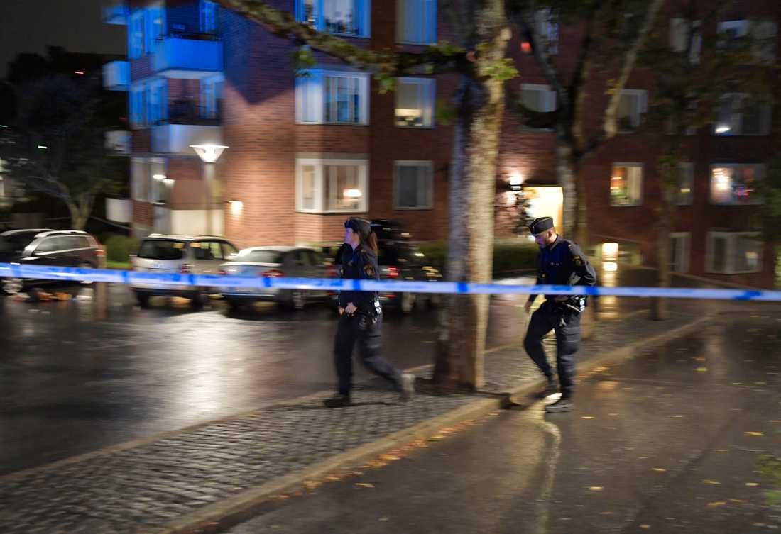 Polis på plats i Farsta där en person har hittats skottskadad utomhus.