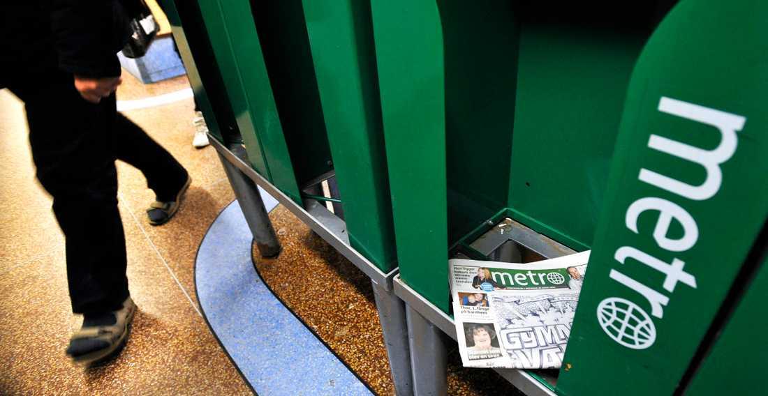 Metros tidningsställ har fyllts med skräp sedan tidningen slutade distribueras.