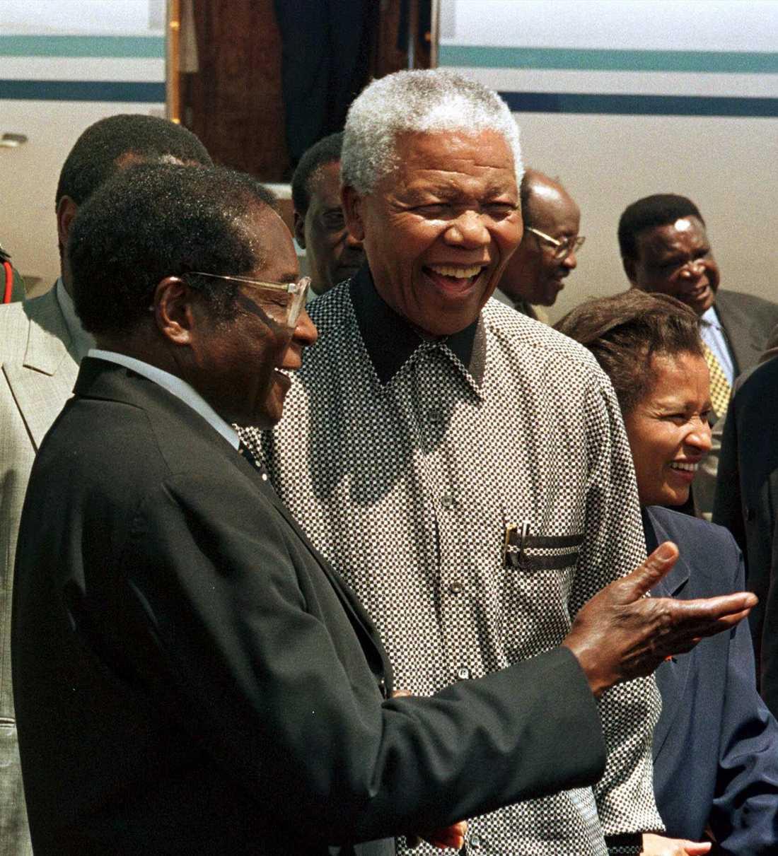 Robert Mugabe och Nelson Mandela valde olika vägar som ledare. Här under ett möte i Harare, 1998.