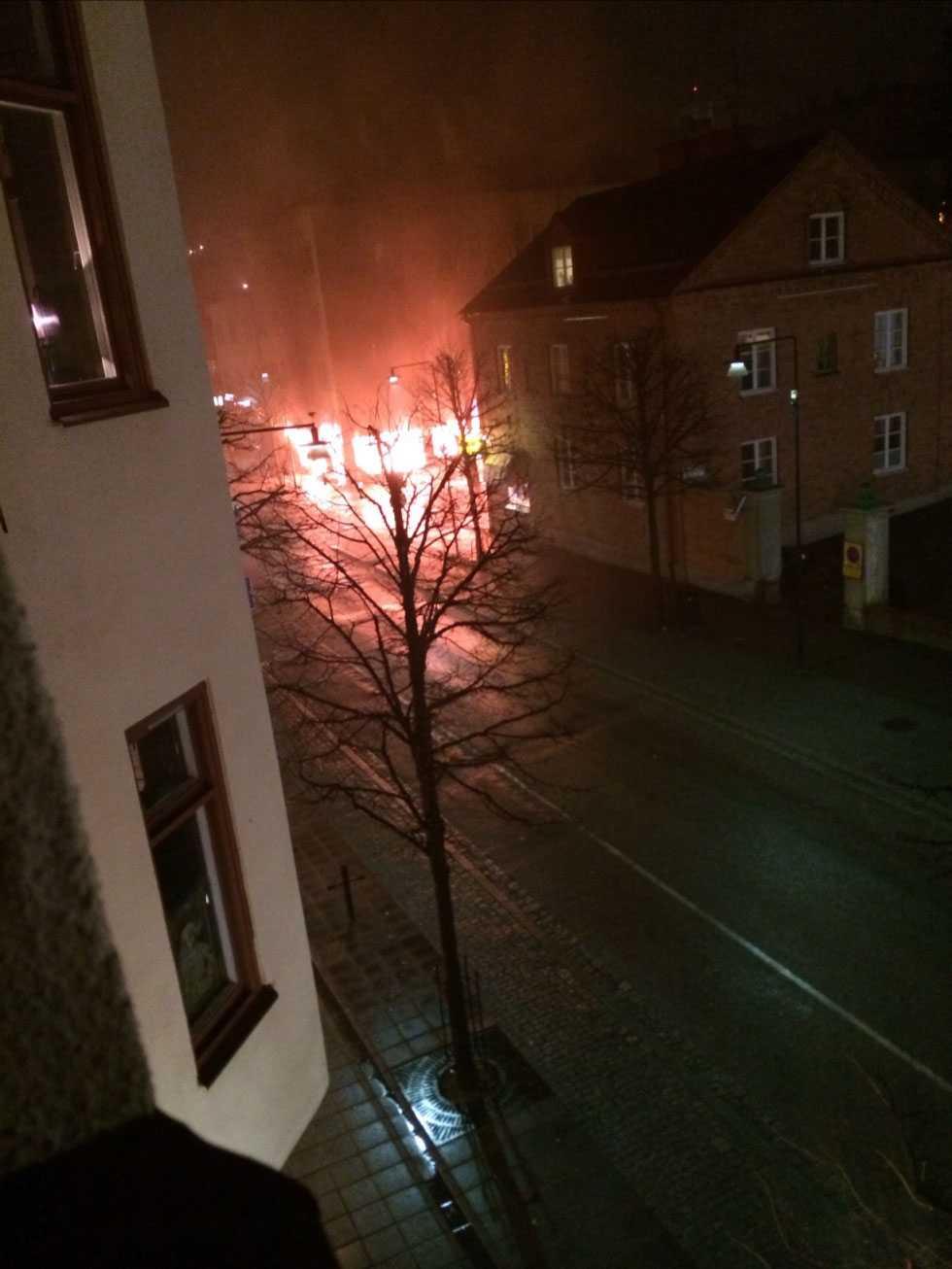 En kraftig brand utbröt i ett konditori i Sundbyberg, tidigt på fredagsmorgonen.