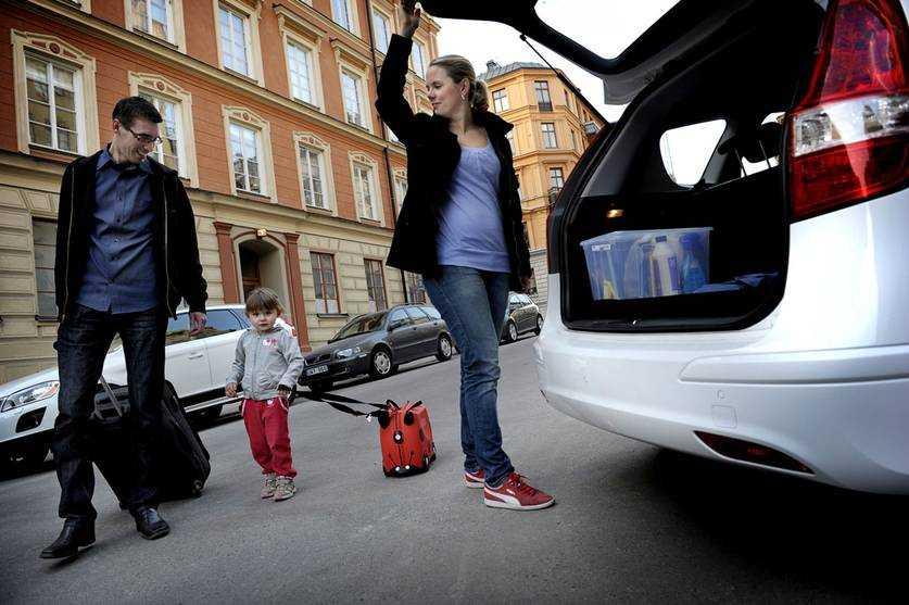 Den stora PÅSKRESAN Familjen Wallentin, Jonas, Sara och dottern Malva rullar ut från Stockholm vid lunchtid i dag för att trängas med de flesta andra påskfirare som också startar påskrallyt på Skärtorsdagen.