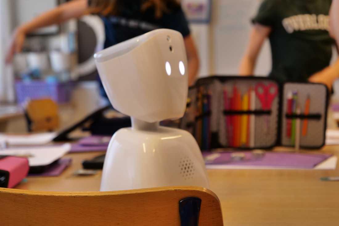 Den lilla roboten är Idas ögon och öron i klassrummet
