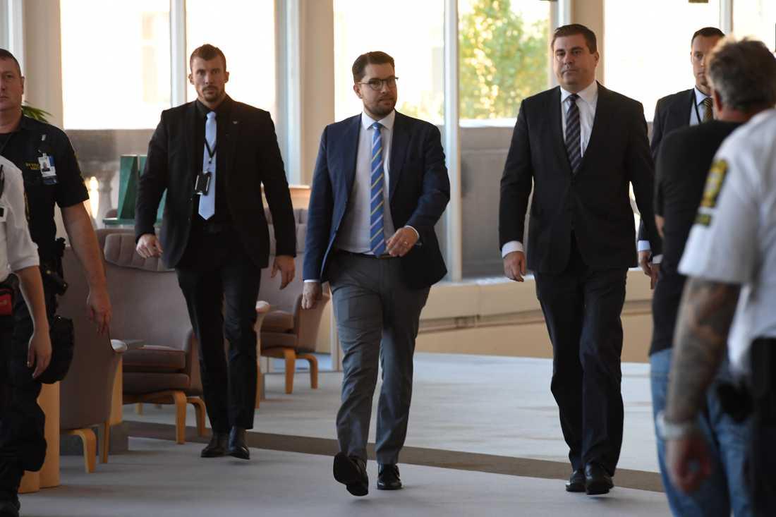 Jimmie Åkesson på väg till presskonferens i Riksdagshuset
