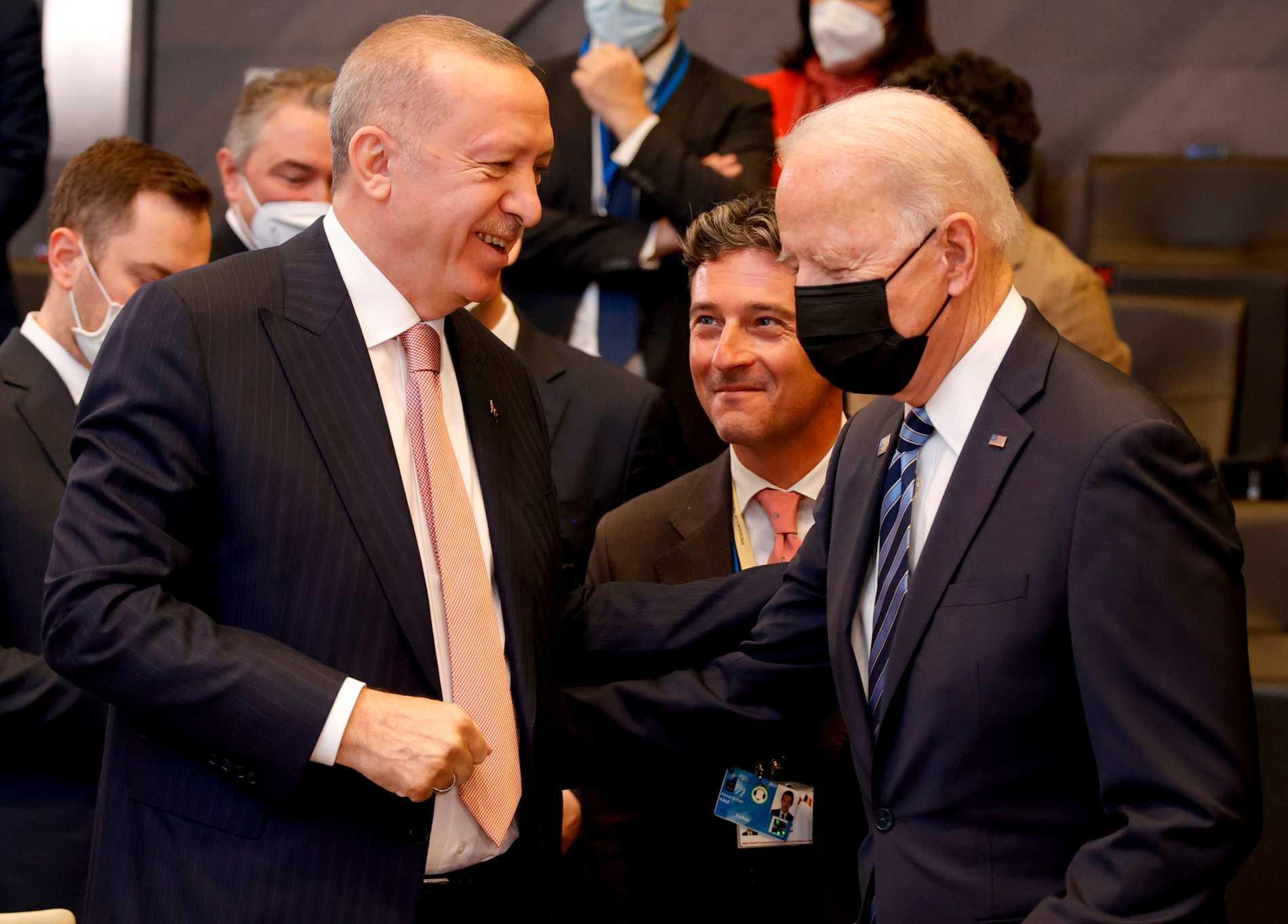 Turkiets president Recep Tayyip Erdogan och USA:s president Joe Biden under måndagens Natotoppmötet i Bryssel.