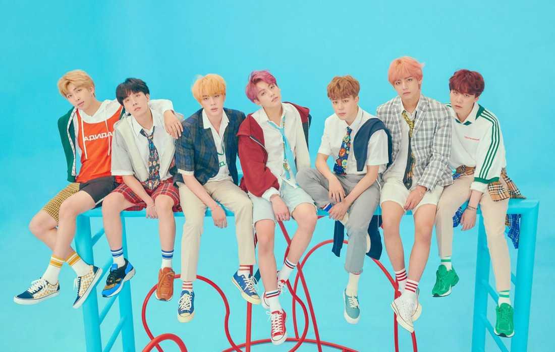 BTS pressbild; en imponerande blend av pastellfärgade frisyrer, skolunifomer och trevliga skor.