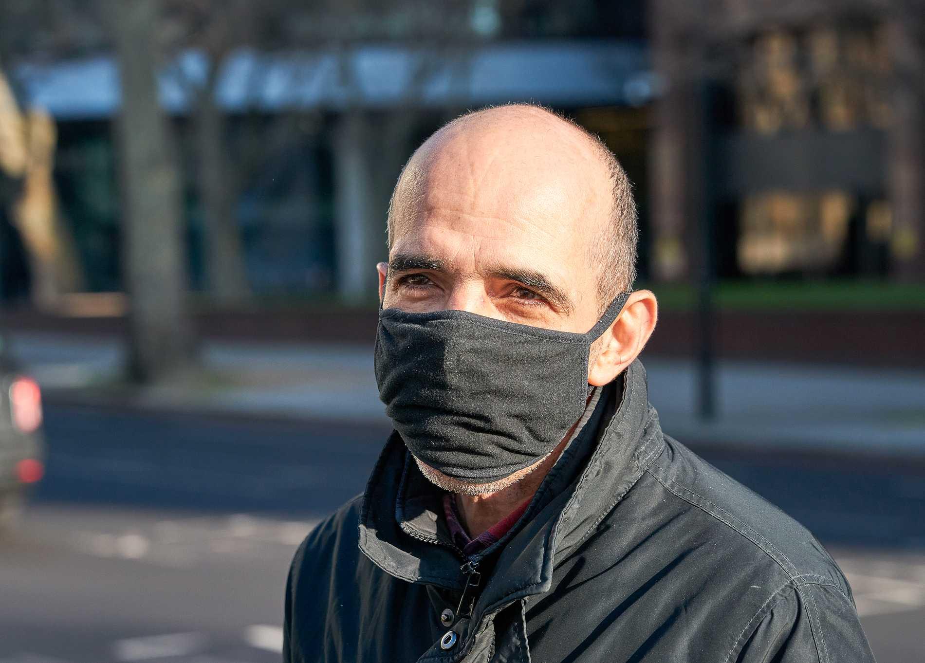 Muanet Xhenaili, 48, tivlar på att coronaviruset är farligare än en vanlig influensa, men väljer ändå att bära mask.
