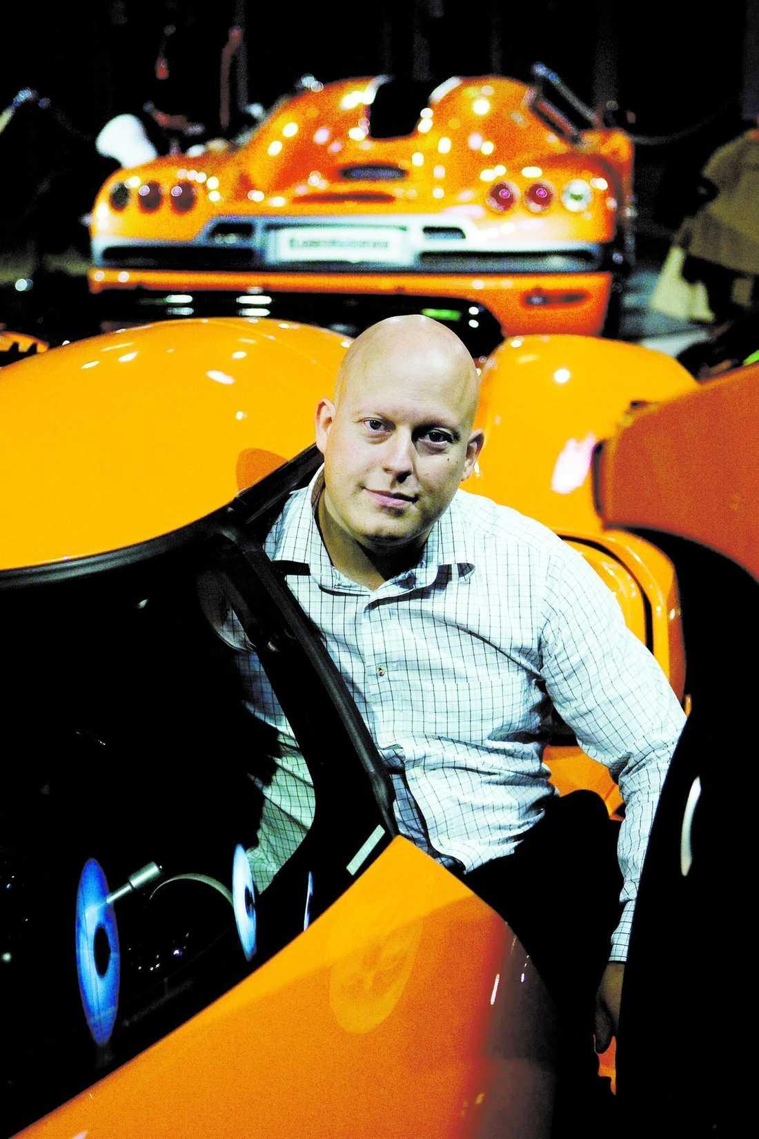 Christian von Koenigsegg i bilen med hans eget namn.