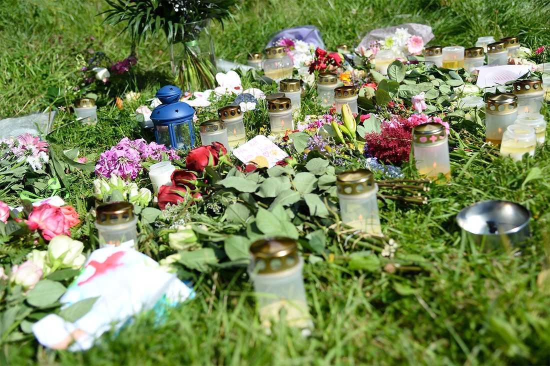 Flera personer har lämnat blommor, ljus och hälsningar i området.