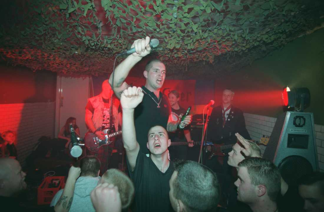 """Gruppen Midgårds söner spelar 1995. Sångaren Patrik Asplund hoppade så småningom av vit makt-miljön och skrev boken """"Med hatet som drivkraft"""""""