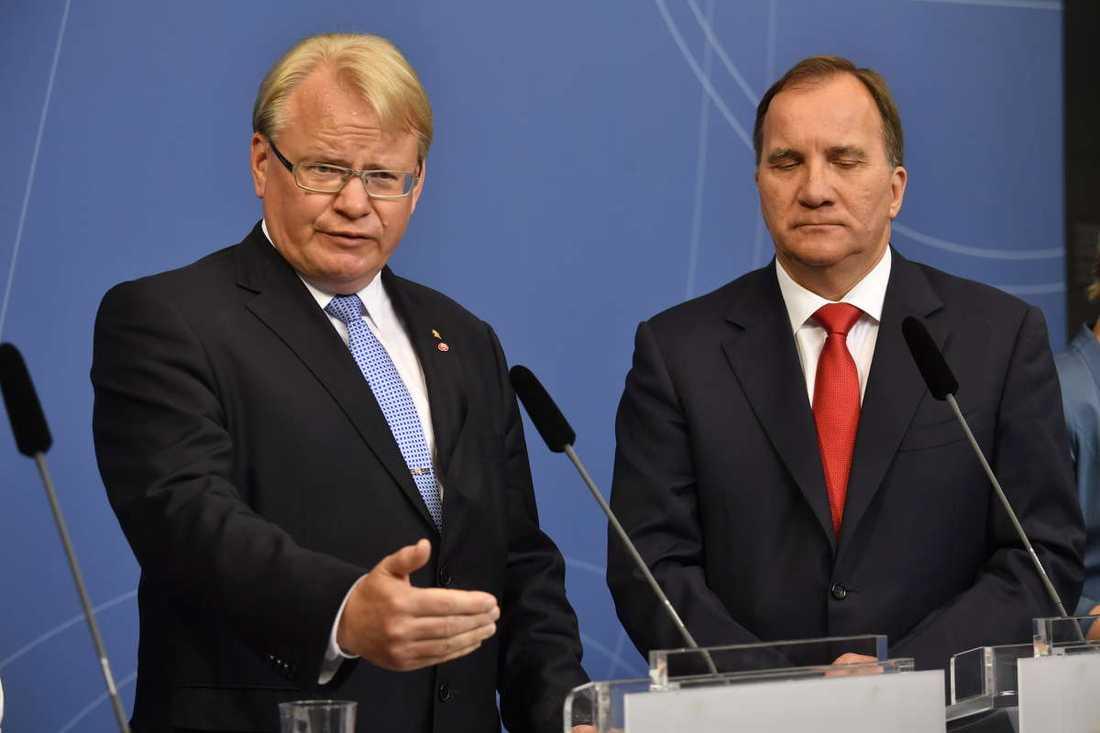 Peter Hultqvist och Stefan Löfven under presskonferensen.