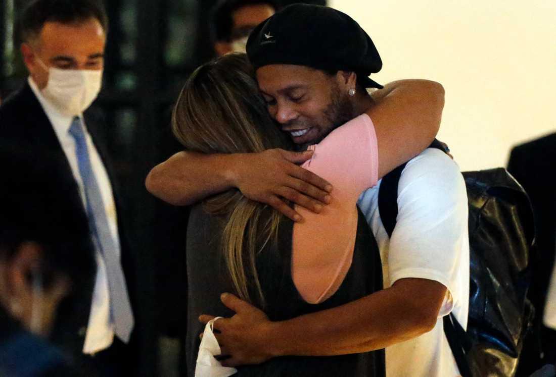 Ronaldinho omfamnas efter han släppts ut ur fängelset.