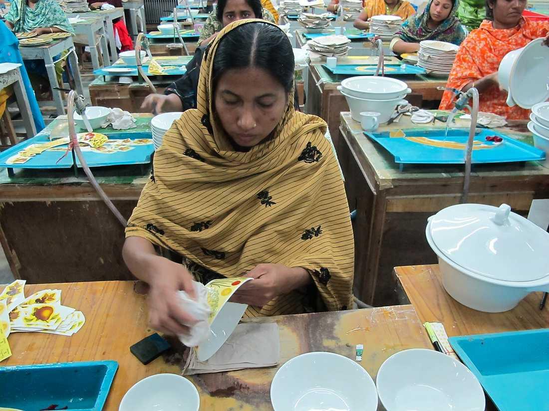 HÖGT PRIS FÖR BILLIGT PORSLIN Arbetarna hos Shinepukur Ceramics i Bangladesh jobbar i treskift så att ugnarna aldrig ska slockna. Jobbet är slitsamt och lönerna låga. När Aftonbladets reportrar guidas runt i fabriken erbjuds de att köpa Rörstrandsporslin till mycket lägre priser än i Sverige, bland annat tar de 14 kronor för en tallrik som i Sverige kostar 229 kronor.