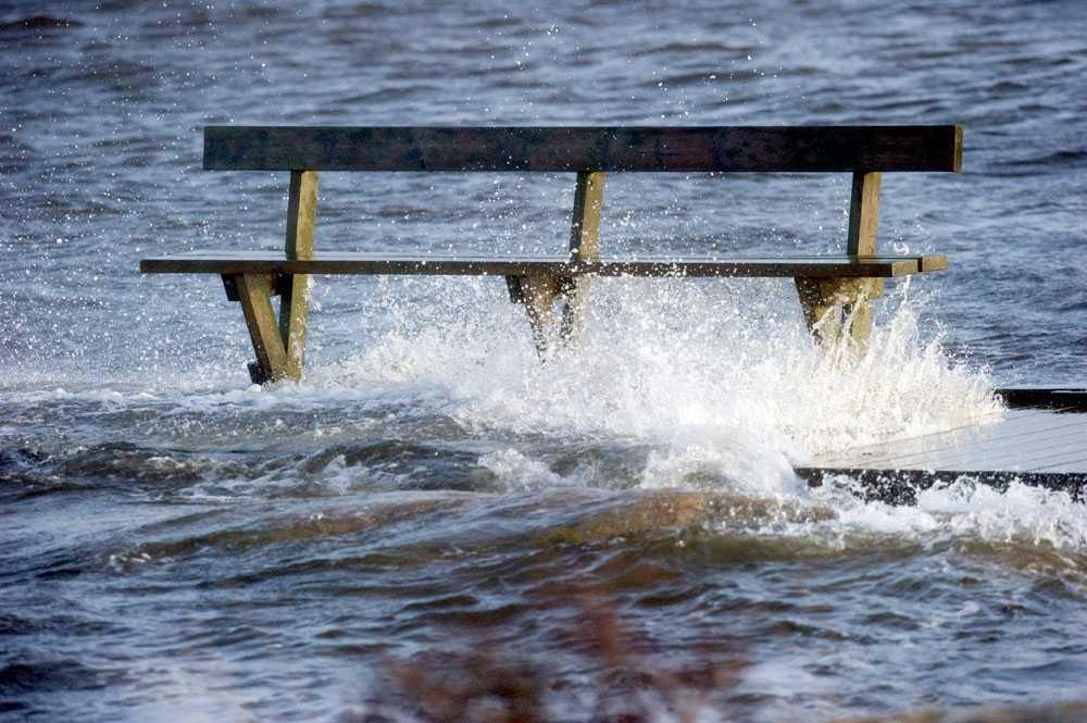 Översvämmad strandpromenad Stormpiskat hav vid Sönnerbergen i norra Halland på söndagen.