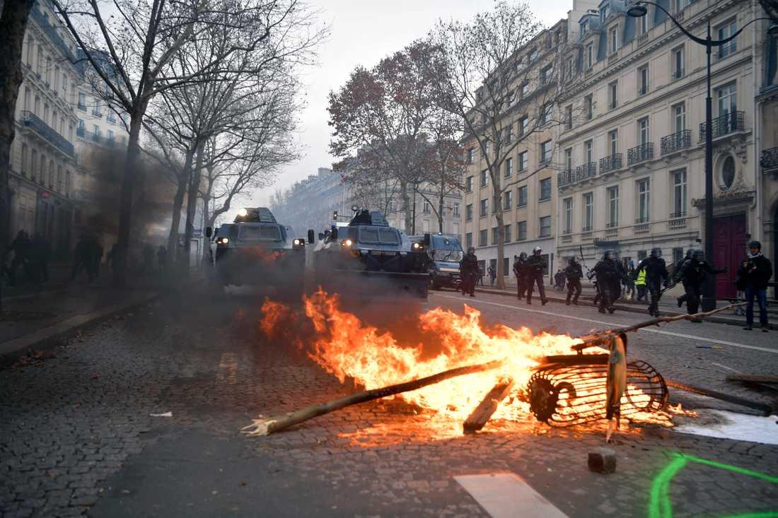 Runt 700 personer har gripits i samband Gula västarnas protester i Paris