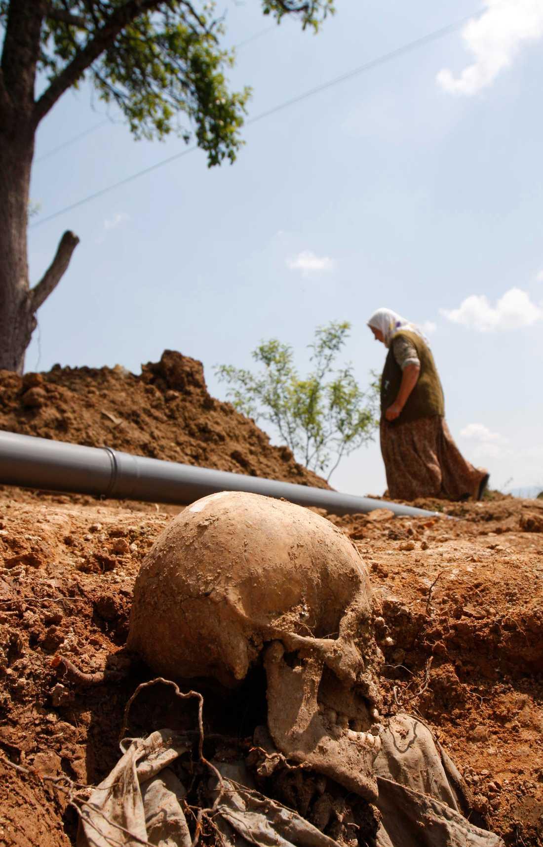 Ännu en massgrav, i den bosniska byn Mrsici, där man har hittat kvarlevor efter offer för massakern i Srebrenica 1995. Bild från 2009.