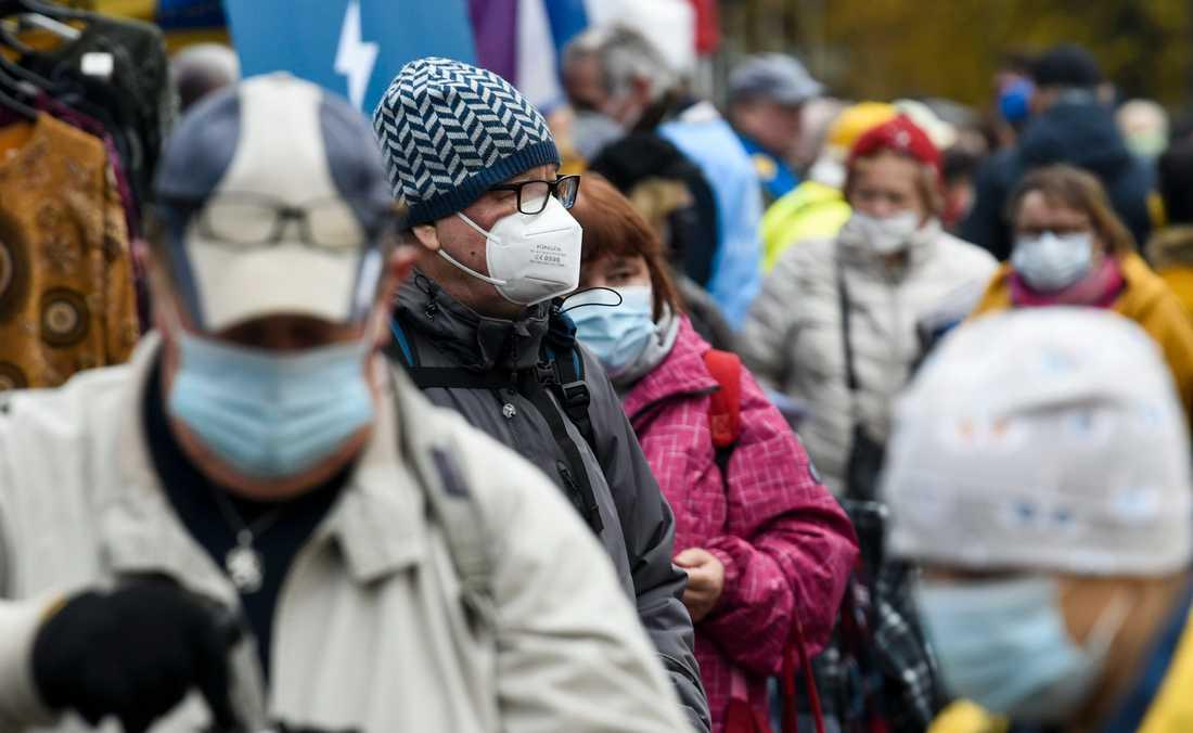 Människor med munskydd i Helsingfors. Bilden är från i söndags.