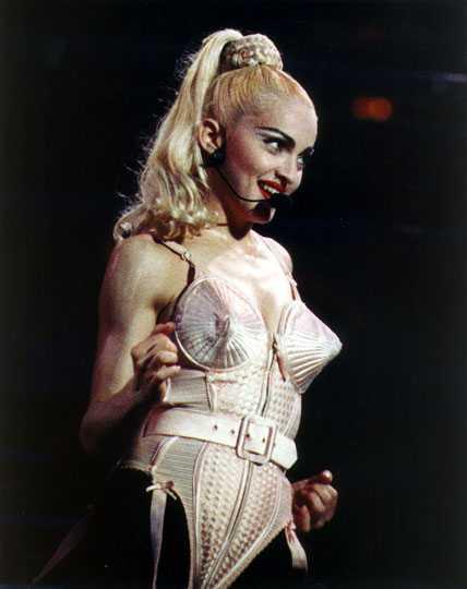 Madonna. Ett namn som skapar känslor hos de flesta människor. Få människor har förnyat sig själv ovch påverkat hur gemene kvinnor klär sig. Provokativ, orädd och inspirerande. Varje årtionde i Madonnas karriär innehåller åtminstone två omvälvande stilar.
