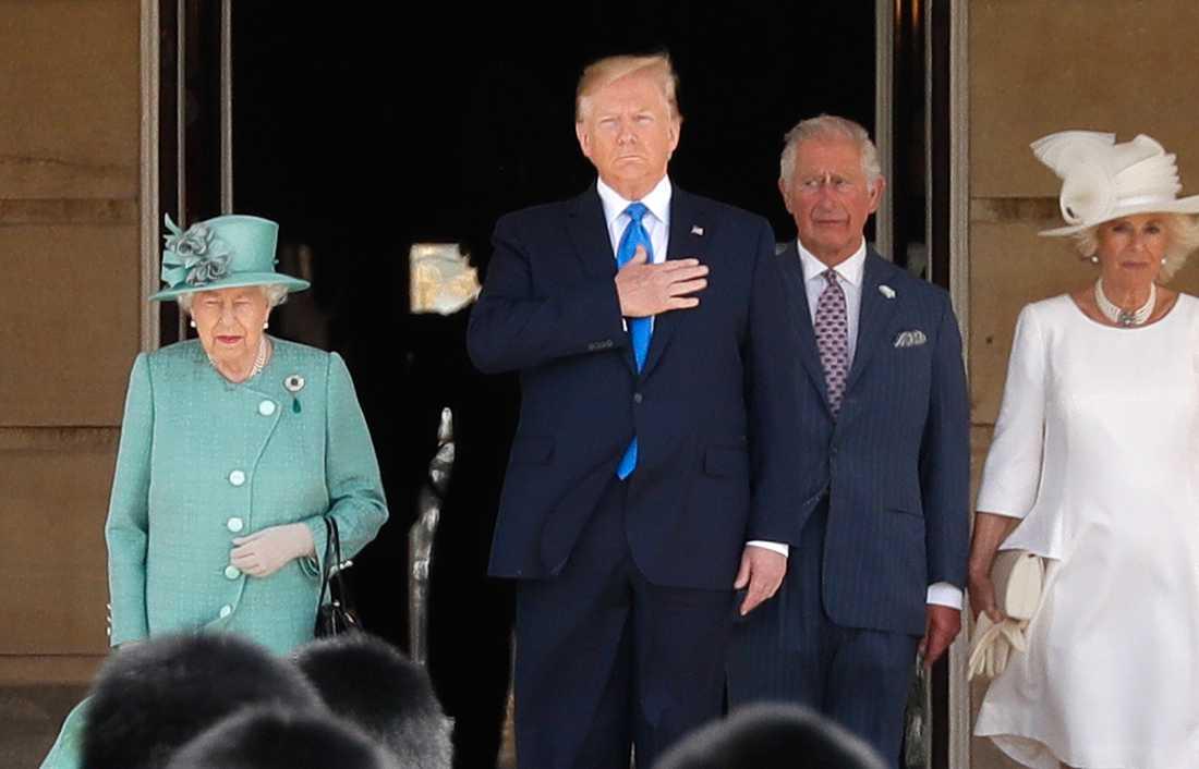 USA:s president Donald Trump på plats i Buckingham Palace, omgiven av drottning Elizabeth II, kronprins Charles och hertiginnan Camilla.