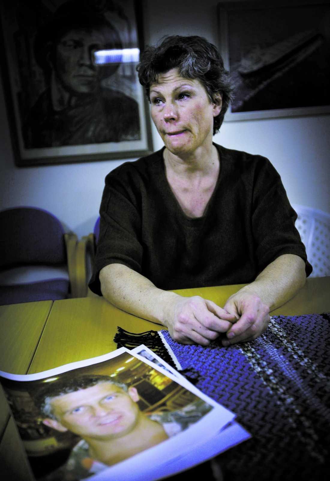 Agnetha Bergh, syster till Daniel Olsson, inväntar resultaten av polisens undersökning.