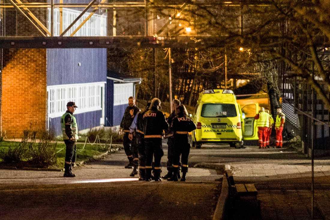 Polis och ambulanspersonal vid skolan.