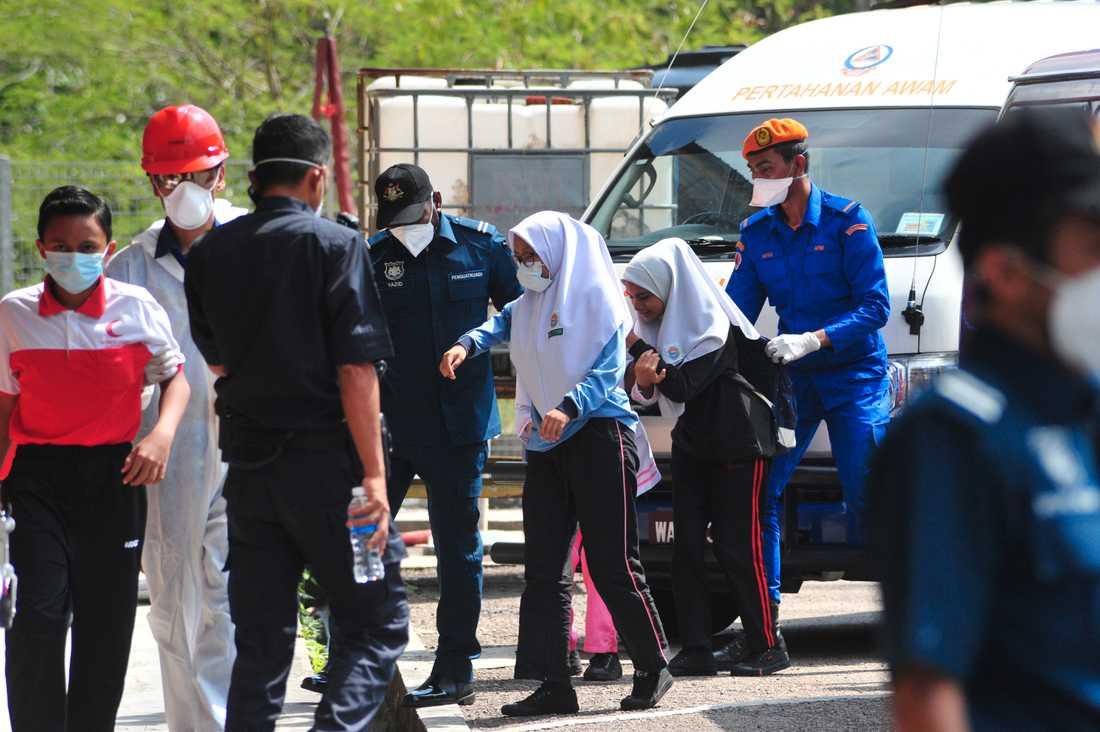 Hundratals människor, varav många barn, har blivit förgiftade i Malaysia.