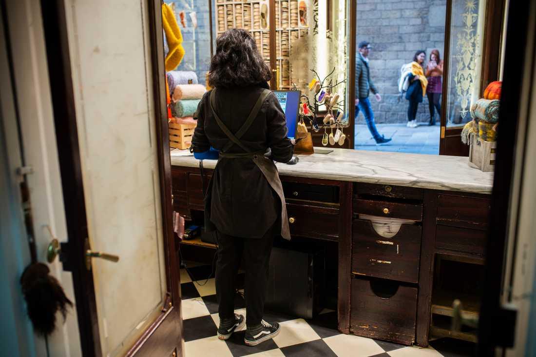 Yani som jobbar i en skoaffär nära Placa Sant Jaume mötte den svenske gärningsmannen i butiken.