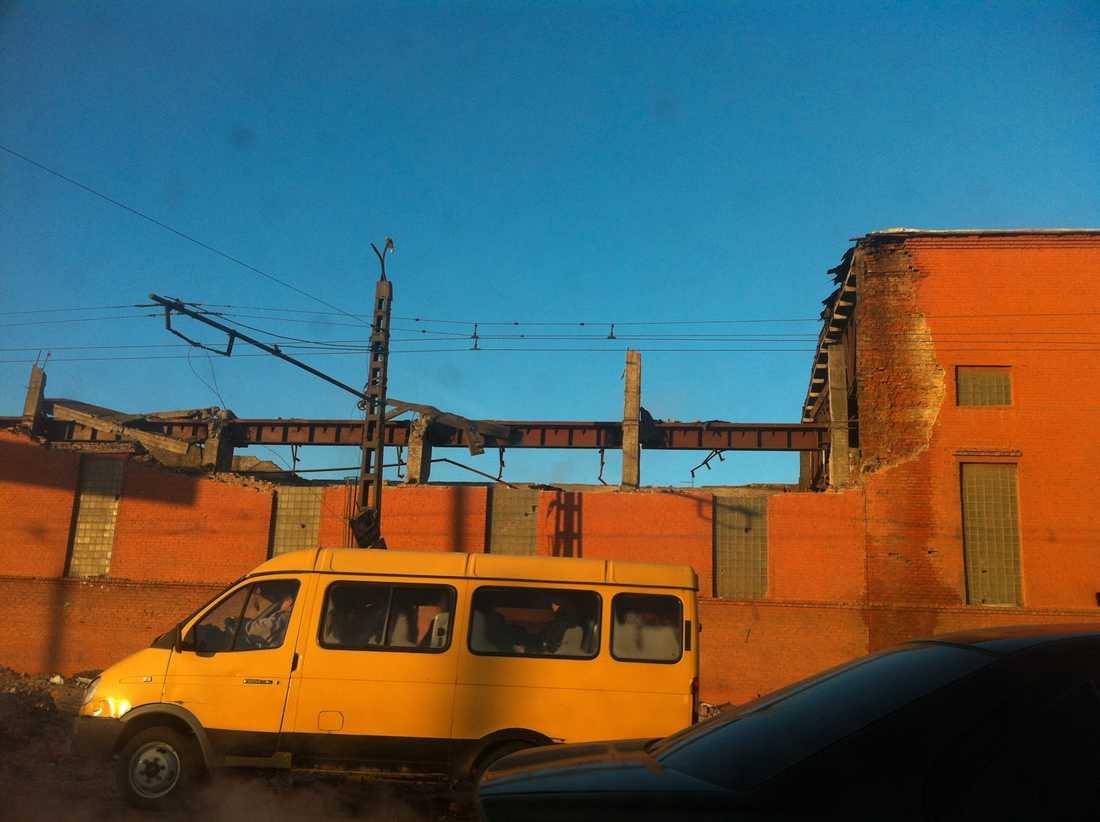 En mobilbild som ett vittne tagit. Taket på en zinkfabrik kollapsade i miljonstaden Chelyabinsk efter meteoritnedslaget.