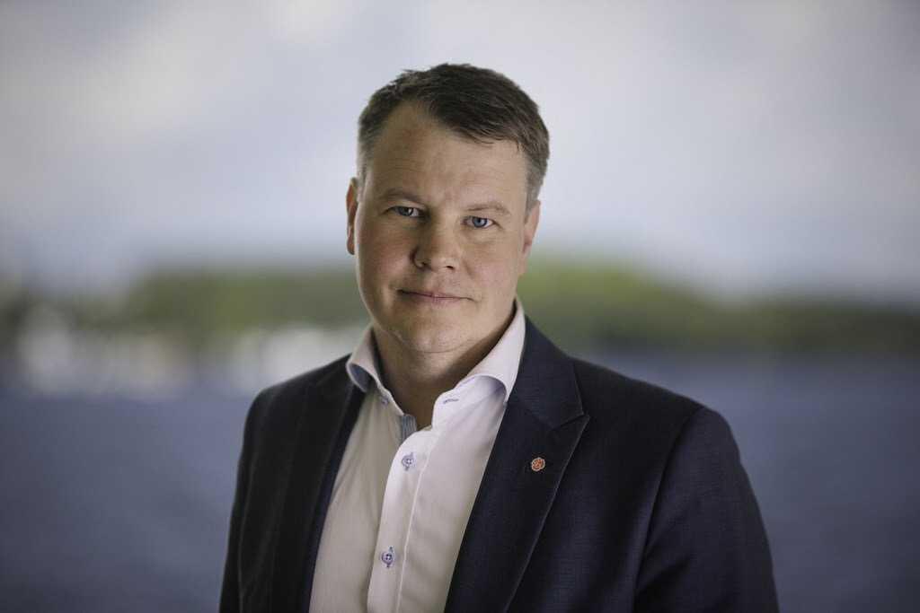 Ser över lagen.  Johan Löfstrand, vice ordförande i civilutskotten, ska granska fastighetsmäklarlagen.