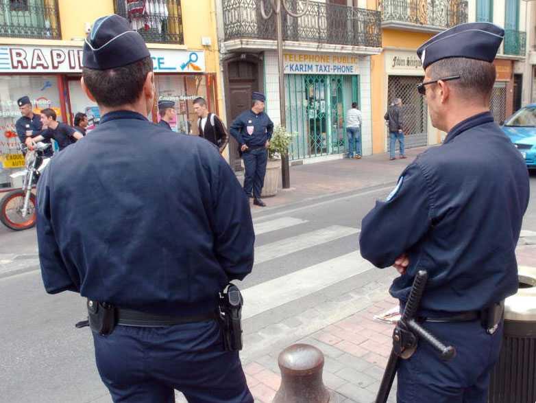 Polis i staden Perpignan. Om du tar på dig en tröja vid tillsägelse från polis så slipper du böter.