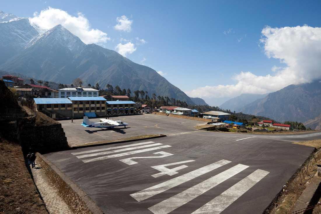 Tenzing-Hillary Airport (Lukla Airport), Lukla i Nepal Porten till Mount Everest brukar den kallas, men så har flygplatsen också fått sitt namn efter duon som först besteg världens högsta berg. Här får piloten bara en chans att landa på grund av alla höga berg runt omkring. Bara ett begränsat antal piloter har licens att landa här.