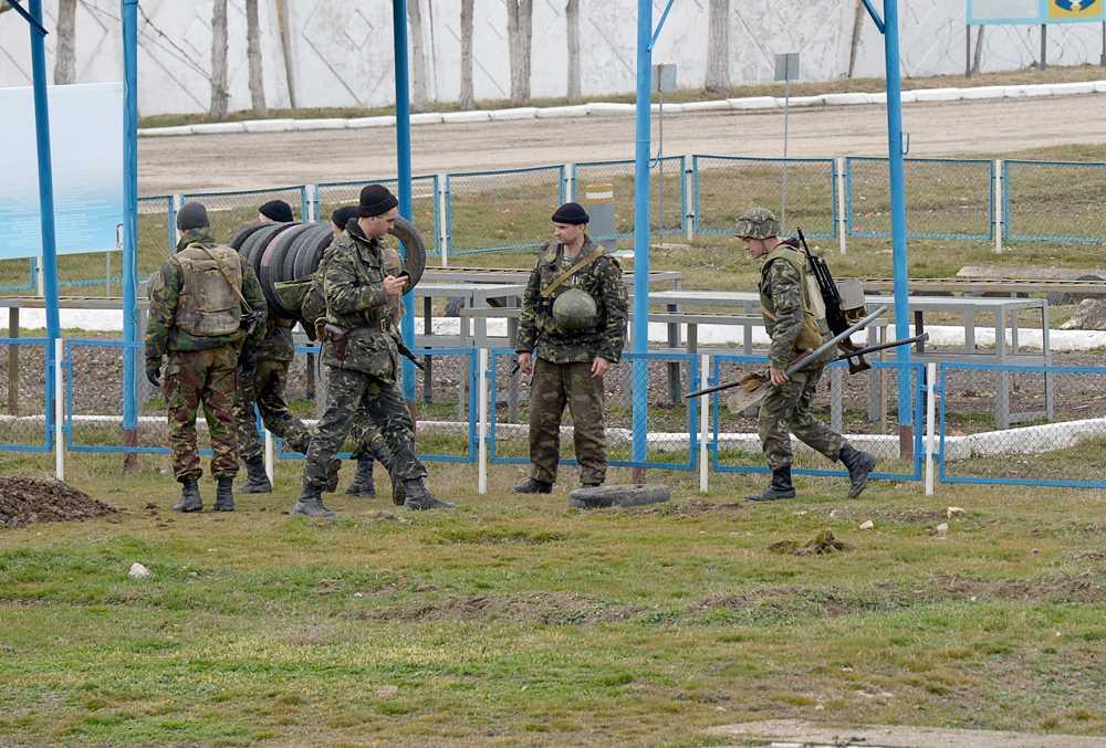 Ukrainska soldater inne på en militärbas i staden Feodasia  förbereder sig för en rysk attack.