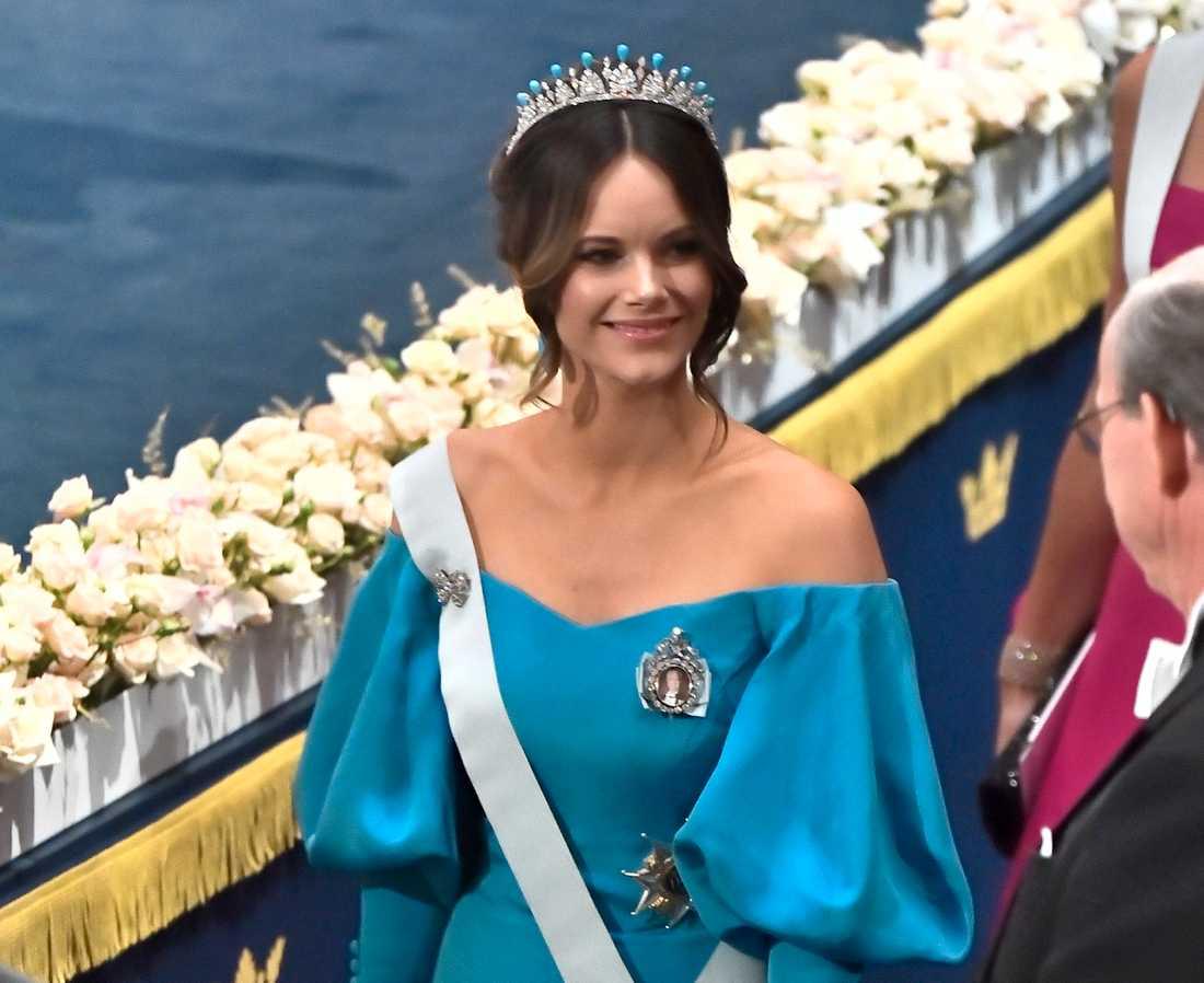 Även prinsessan Sofia flirtar med åttiotalet med sin turkosa klänning med voluminösa ärmar.