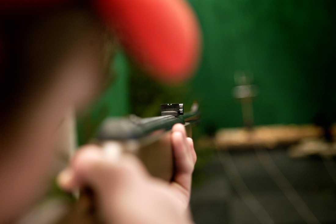 En man skjuter mot en måltavla. Arkivbild.