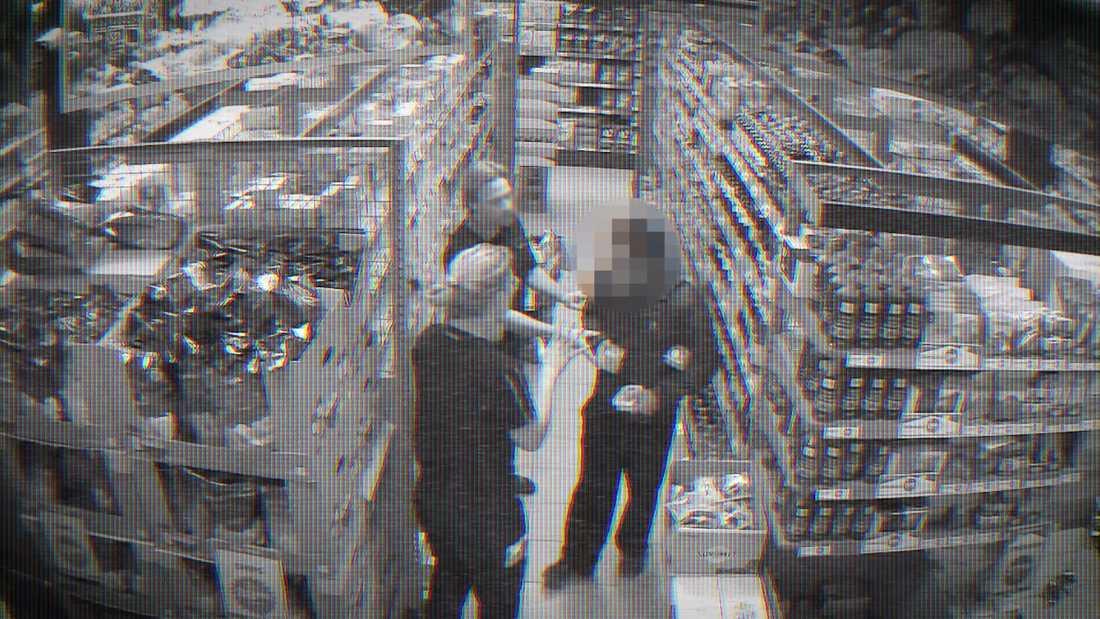 En övervakningsfilm visar hur personal konfronterar en tjuv i en matvarubutik.