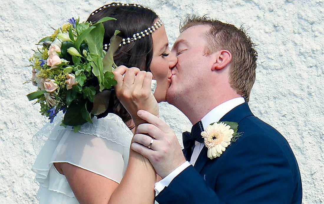 """""""NERVÖST""""  Mackan Edlund fick övertyga sin Erika om att han menade allvar. För att bevisa att det var ett frieri fick han visa henne ring, champagne och hotellsvitbokning."""