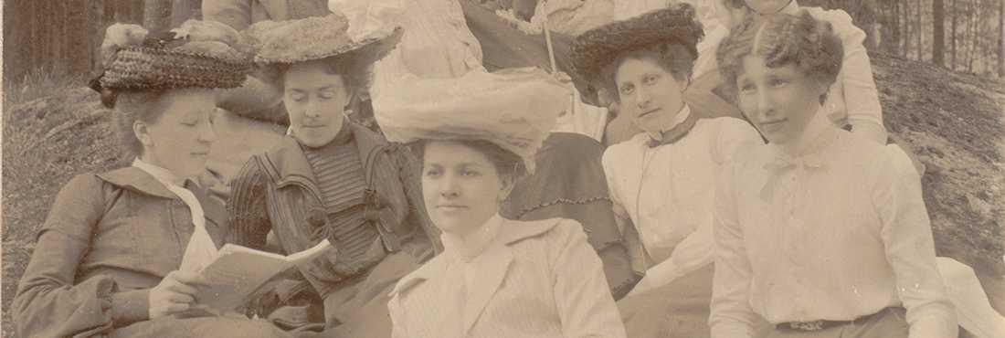 Hattsömmerskornas bokklubb på utflykt i Lilljansskogen 1903.